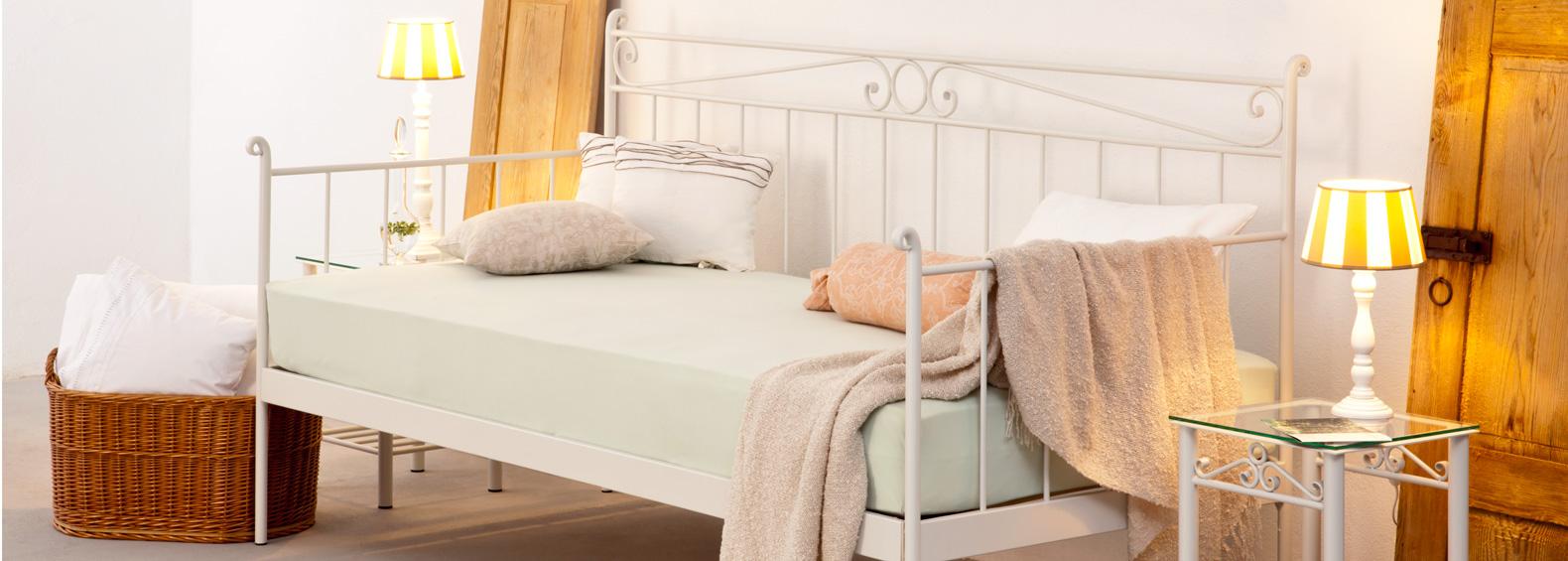 Ob Single-Apartment oder Wohnzimmer: unser Eisensofa »Frances«